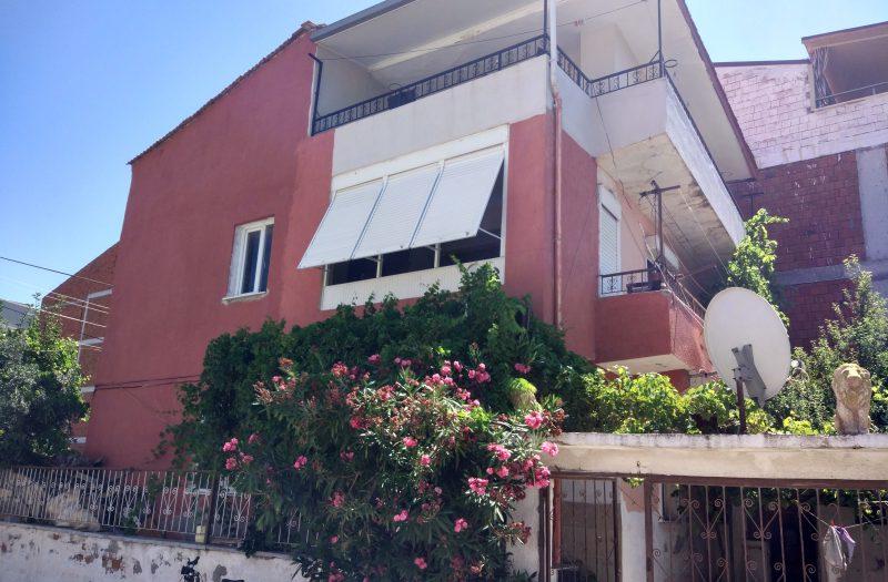 Çandarlı Merkezde Satılık 3 Daireli Komple Bina